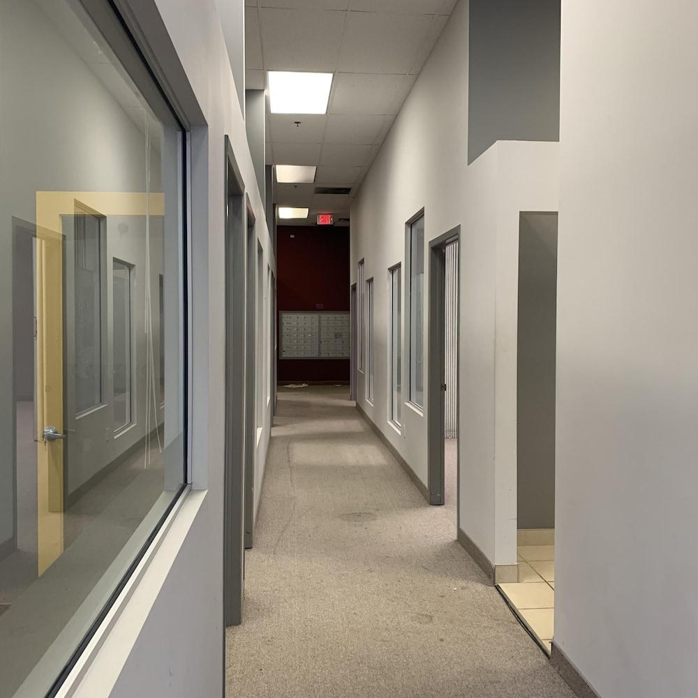 Un couloir avec des portes vitrées