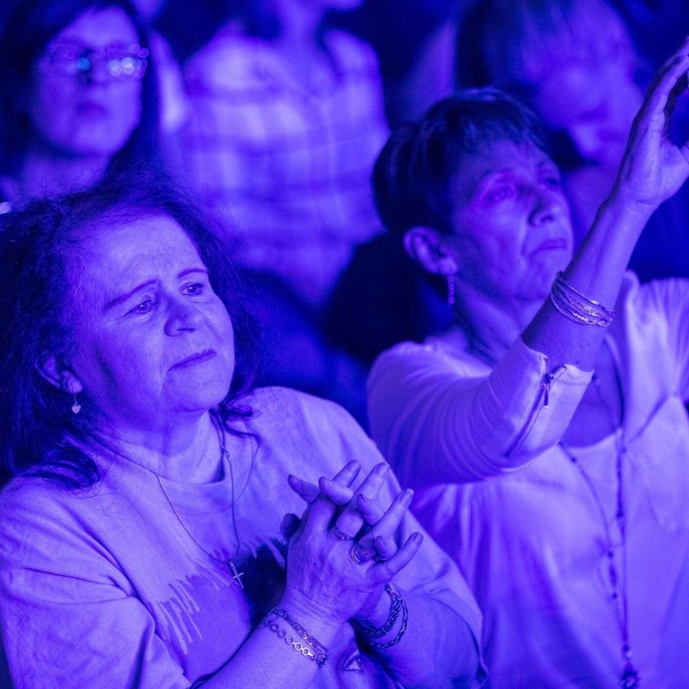Des spectateurs étaient littéralement en admiration devant la chanteuse Céline Dion.
