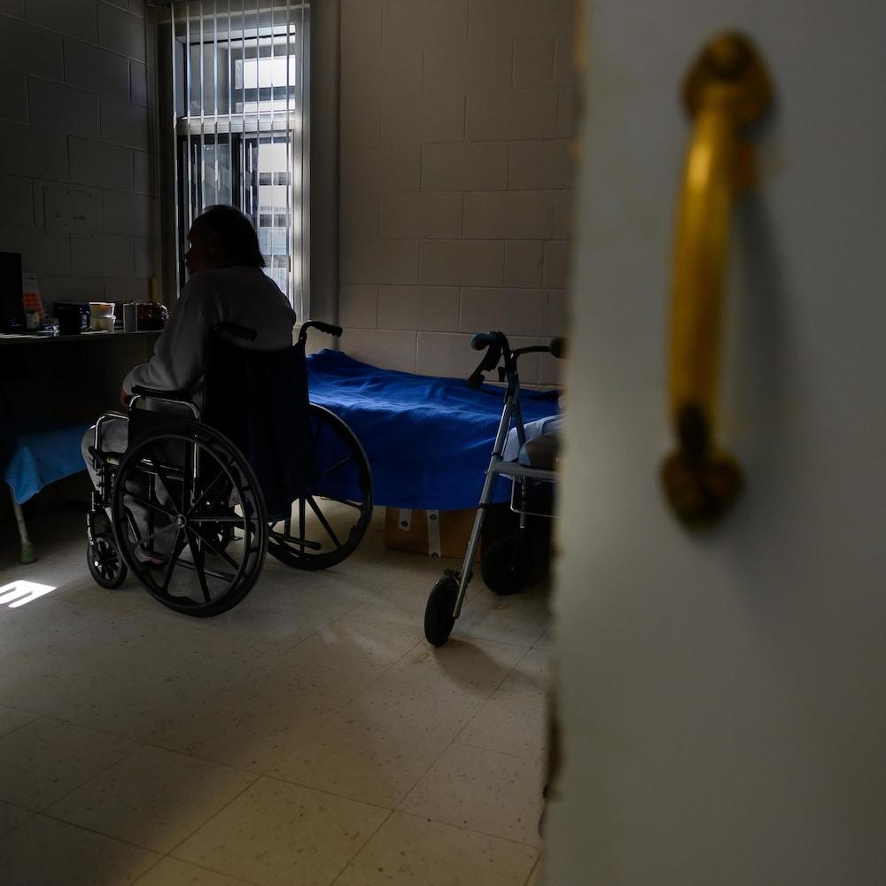 Un détenu est dans sa cellule, une des rares dans cette section accessibles aux fauteuils roulants.