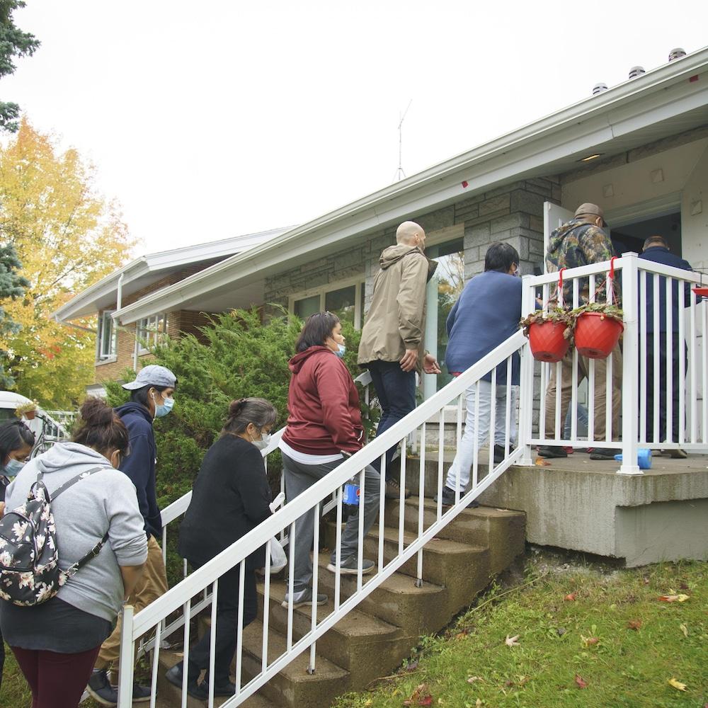 Des membres de la famille de Joyce Echaquan et Carol Dubé montent des marches pour entrer au Centre d'amitié autochtone de Lanaudière, juste avant la conférence de presse du 2 octobre.