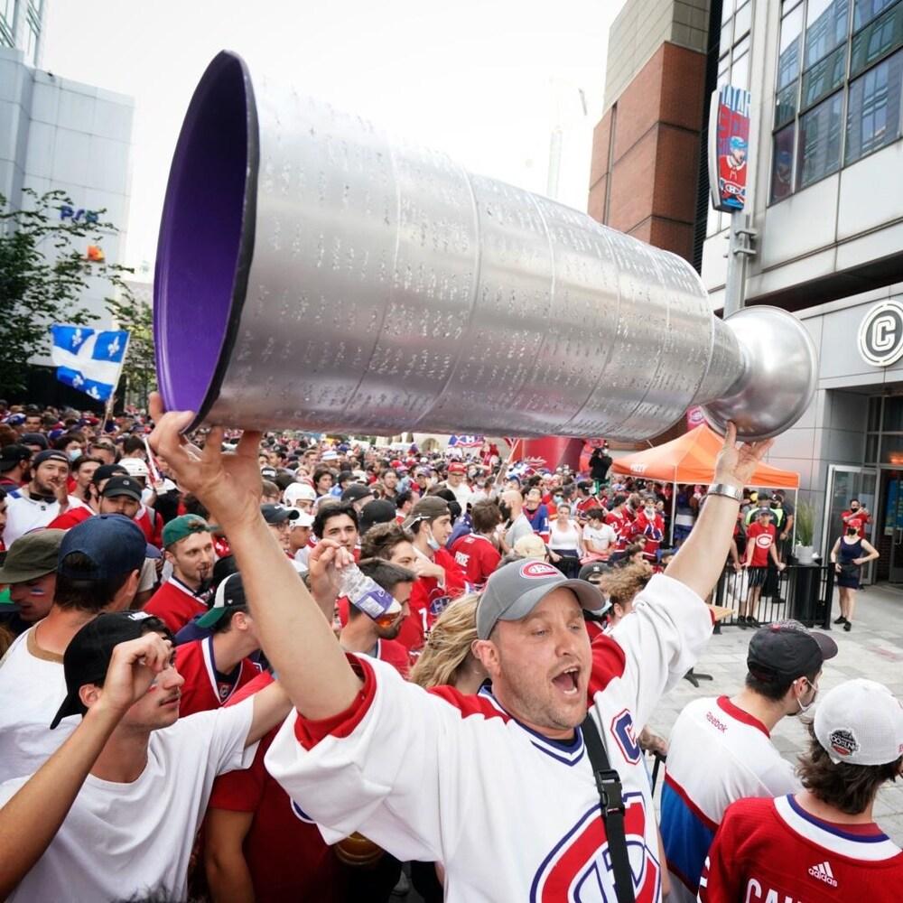 Les partisans du Canadien de Montréal rassemblés au centre-ville jeudi.