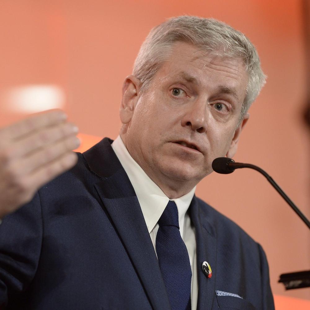 Portrait d'un homme en costume en train de parler à un micro