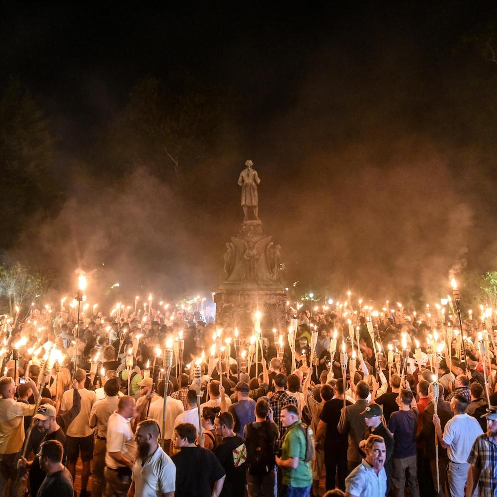 Des nationalistes blancs équipés de flambeaux.