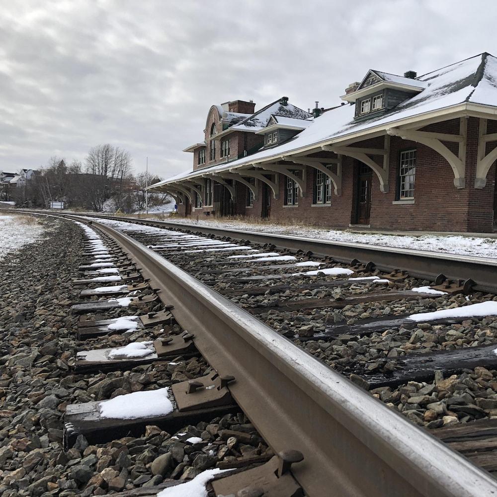 L'ancienne gare de Cobalt, à côté du chemin de fer.