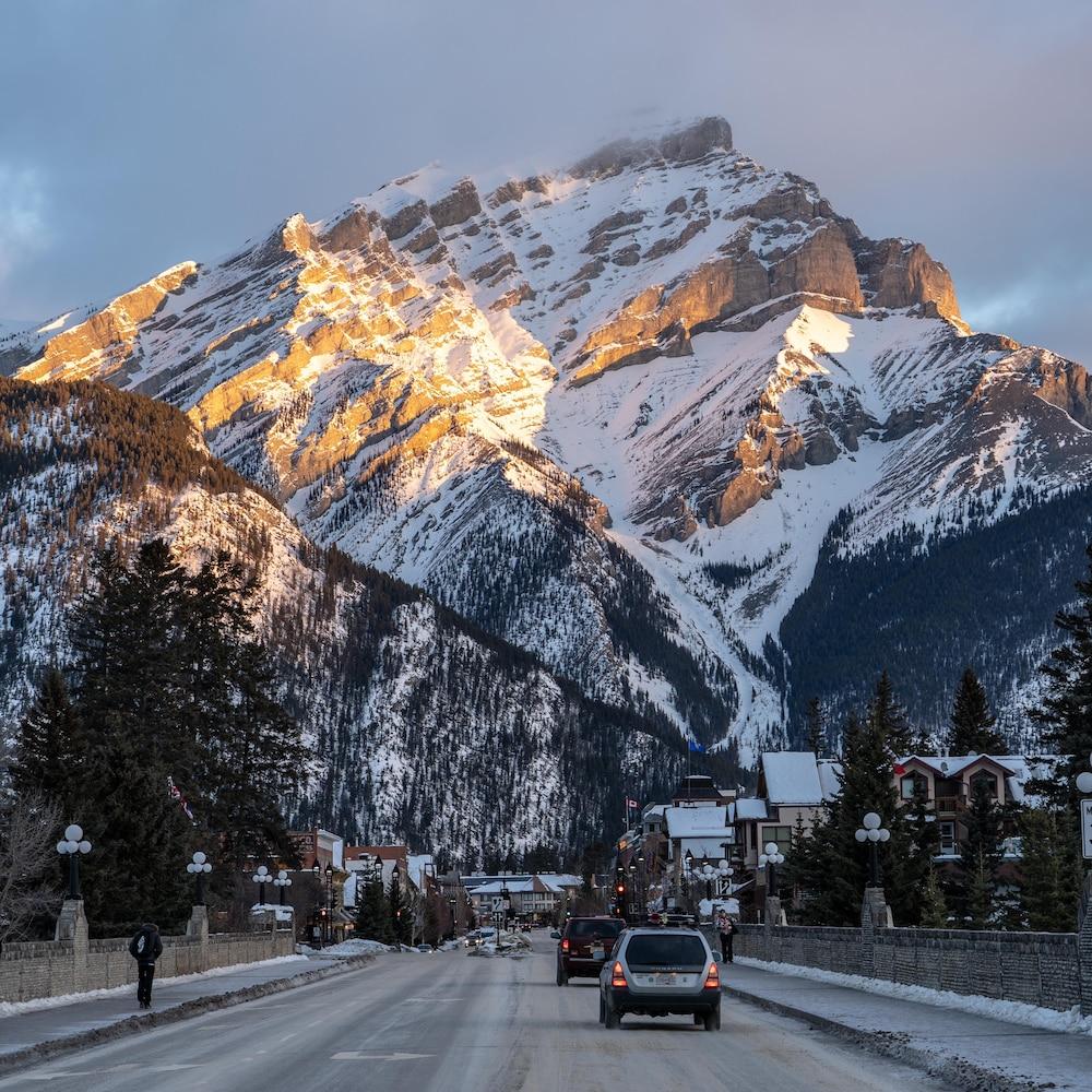 Route qui mène au centre du village, nichée dans les montagnes.