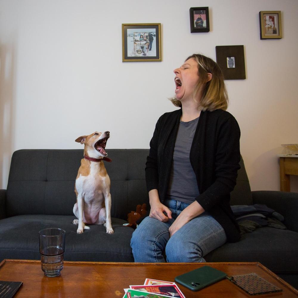 Le chien Céleri baille et sa propriétaire Michèle Nicole Provencher l'imite.