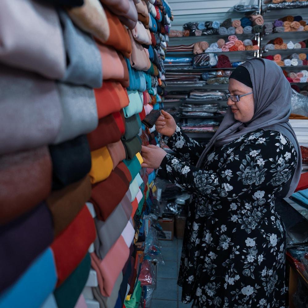 Howaida en train de magasiner dans une boutique de voiles.