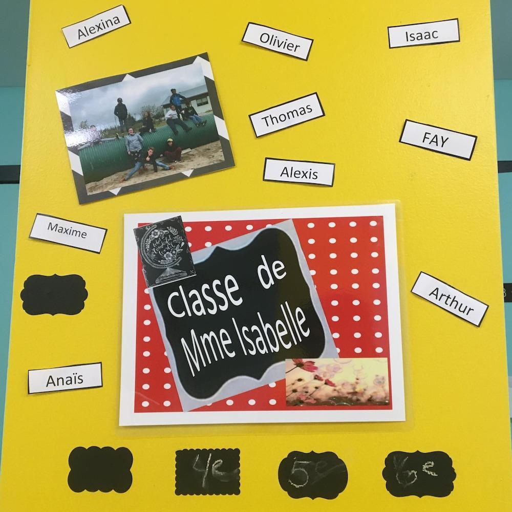 Une affiche avec les noms des élèves de la classe de Mme Isabelle.