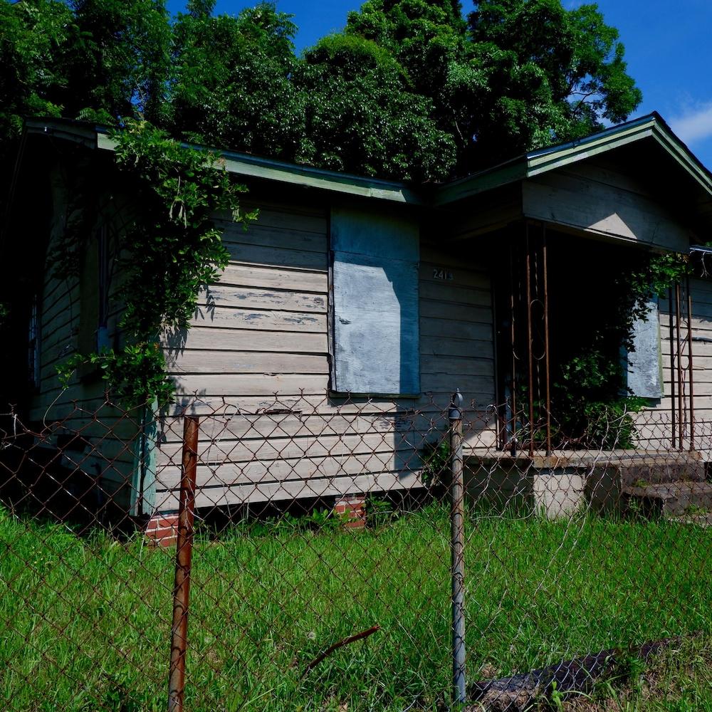 Dans le quartier Africatown, plusieurs maisons sont abandonnées.