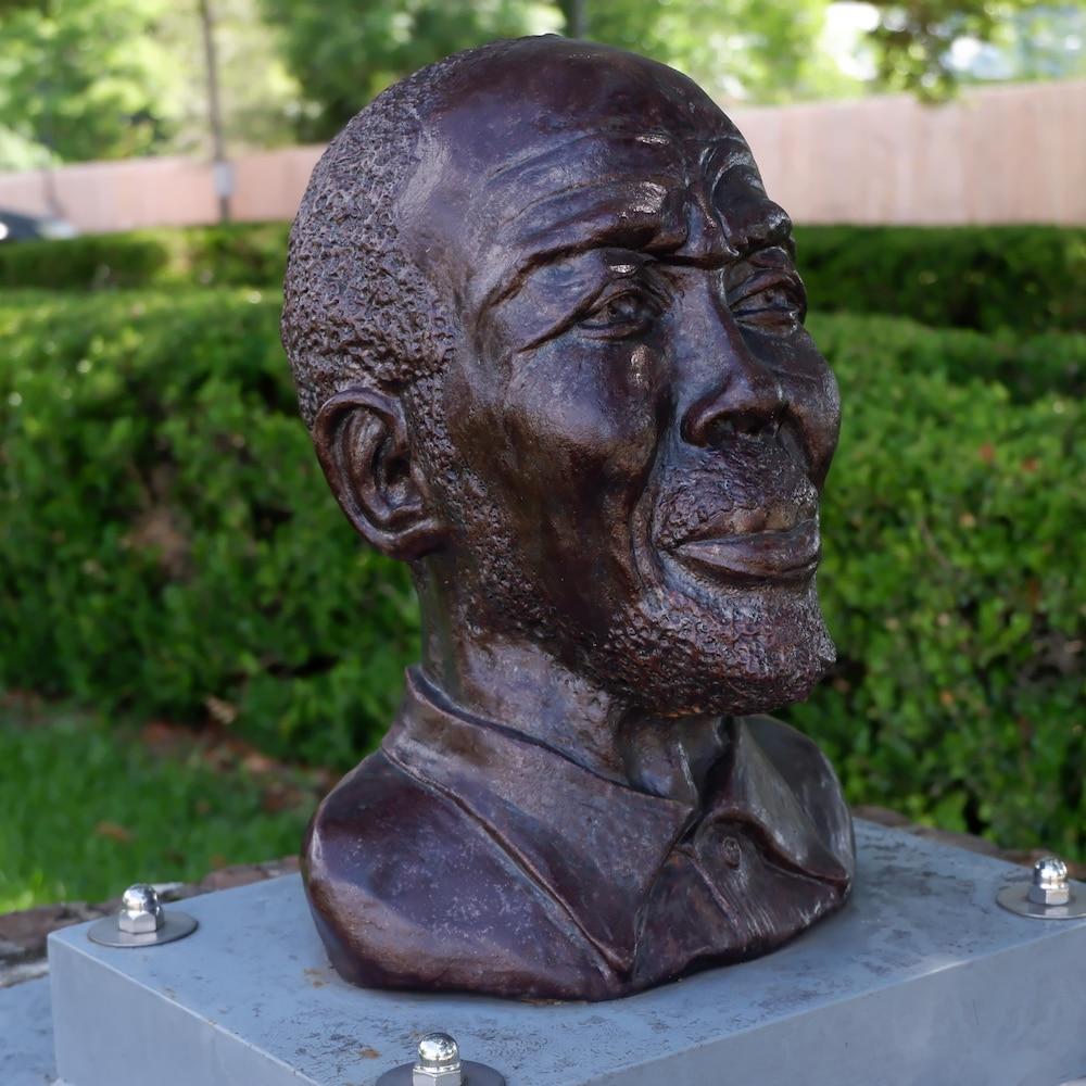 Un buste à la mémoire de Cudjoe Lewis, l'un des derniers survivants du Clotilda.