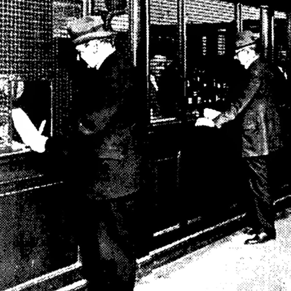 Des hommes attendent devant des comptoirs.