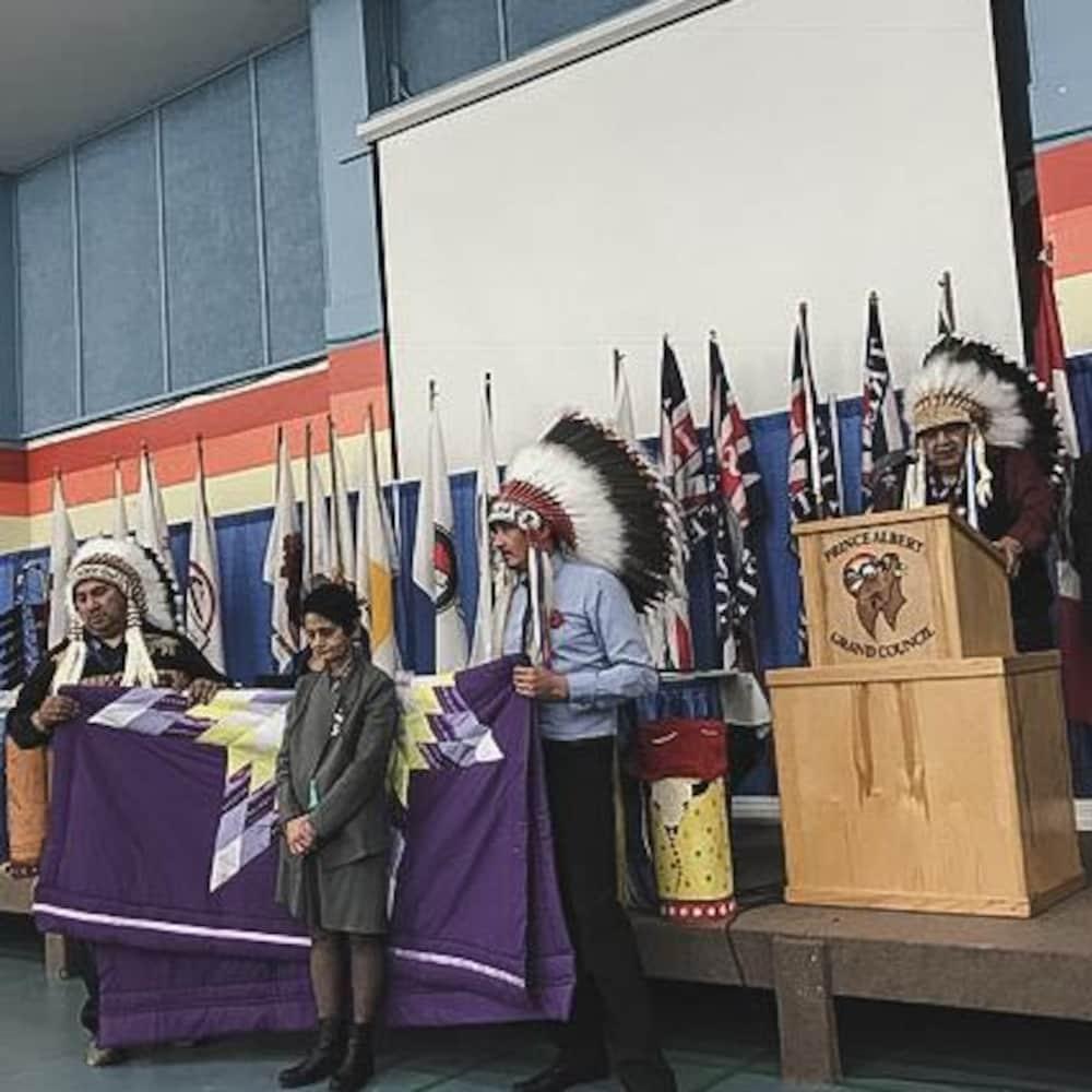 Un groupe d'autochtones qui parle à une foule