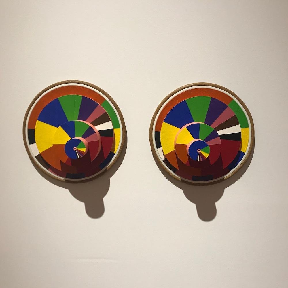 des cercles colorés un à côté de l'autre avec des plus petits cercles installés à l'avant