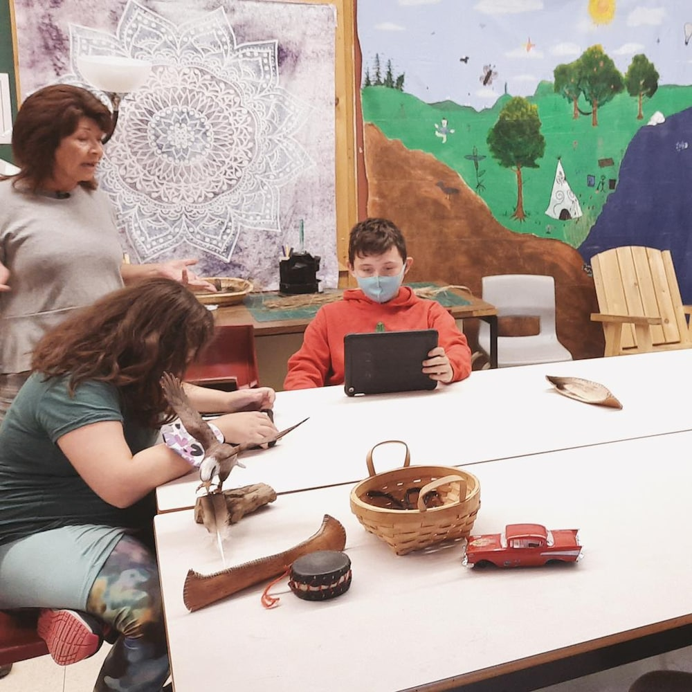 Julie Paul avec des élèves dans une salle de classe.