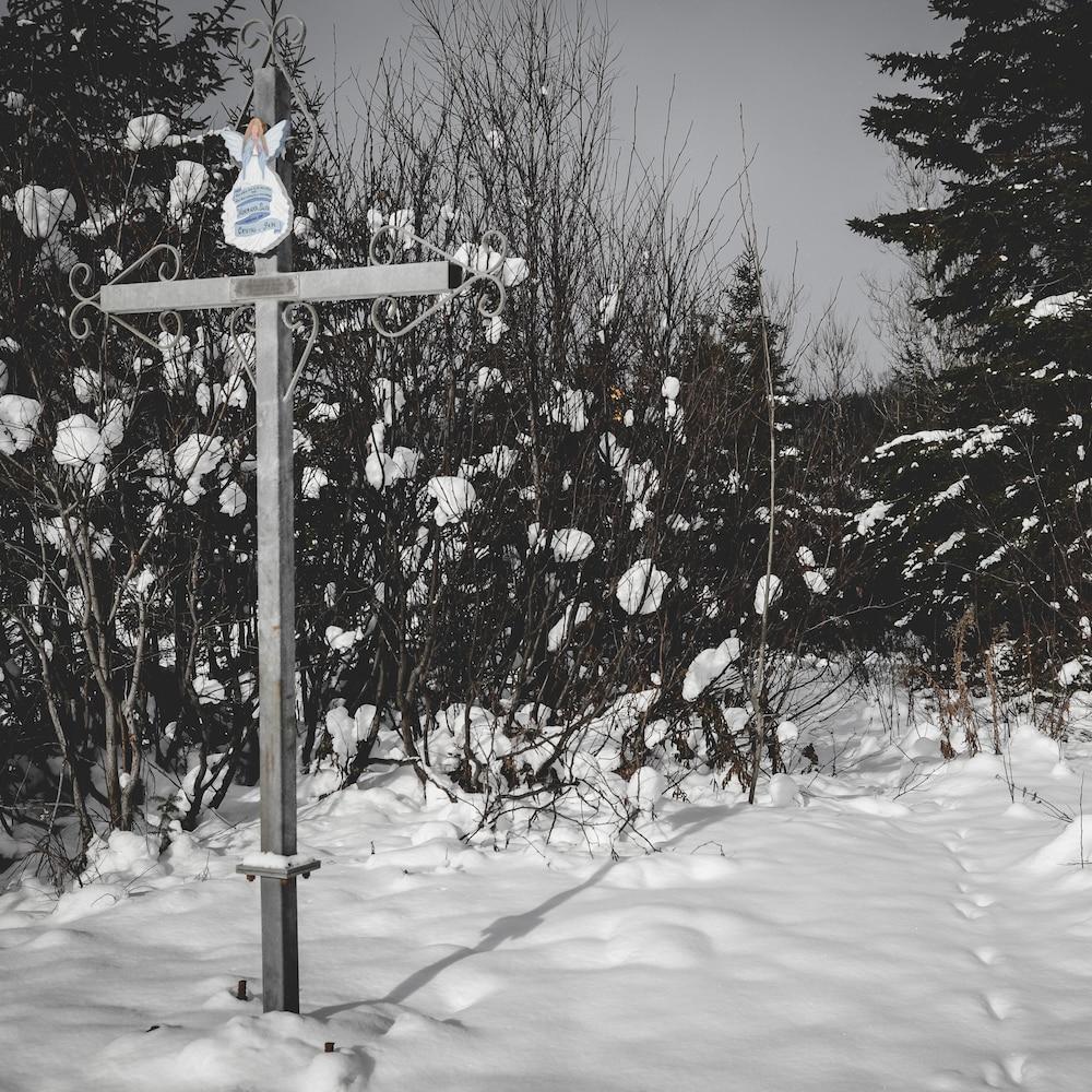 Une croix en l'honneur des victimes d'un accident la route.