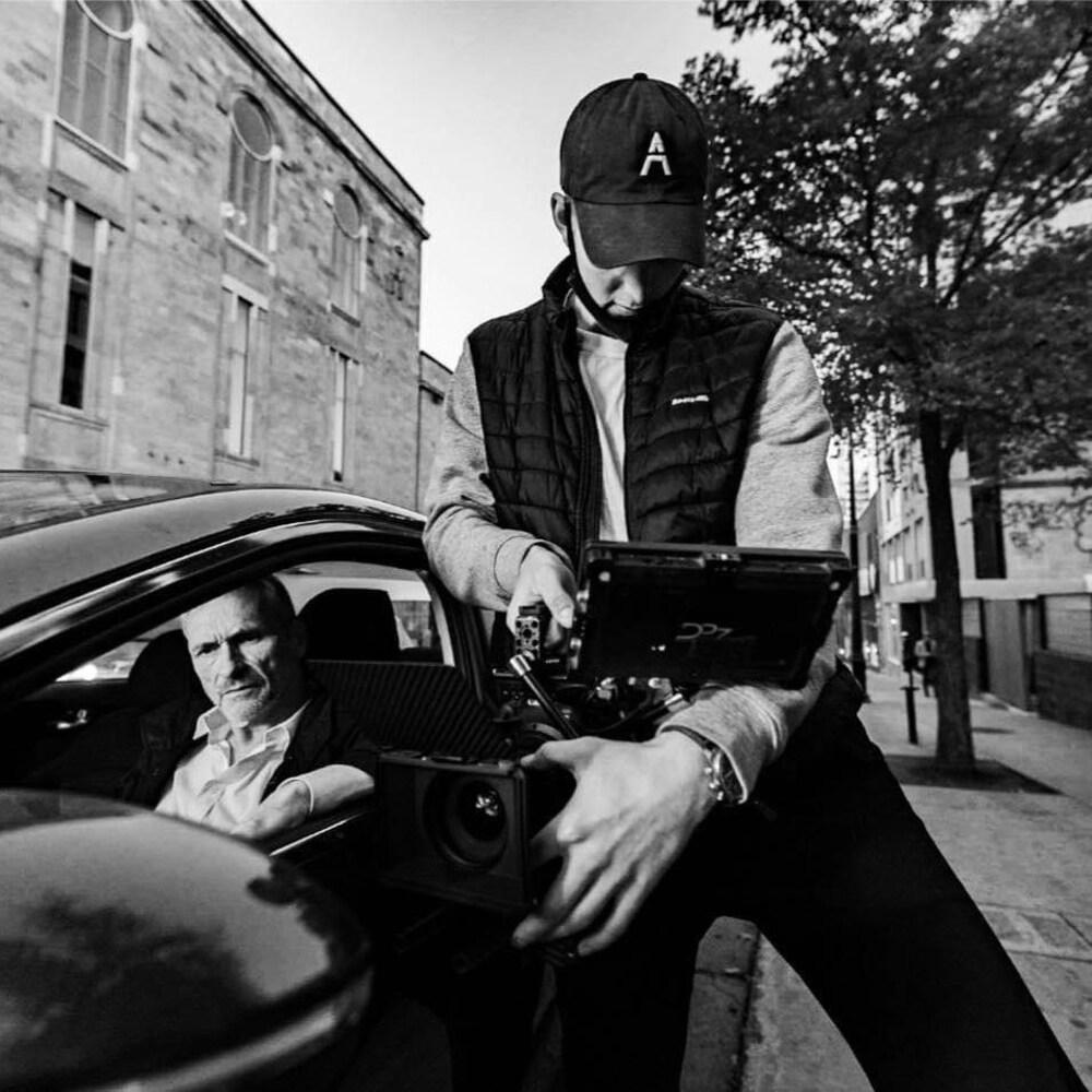 Un homme avec une caméra à la main