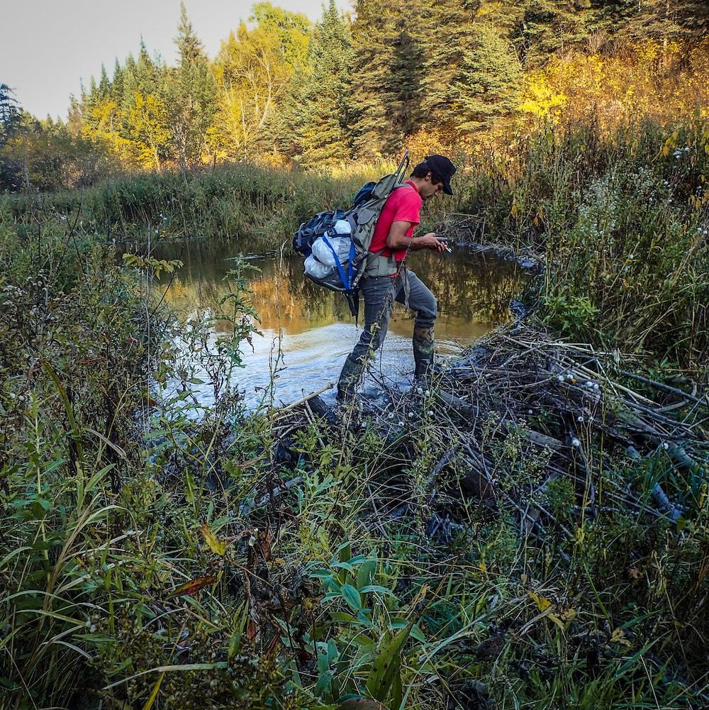 Daniel Dupont qui marche sur un barrage de castor