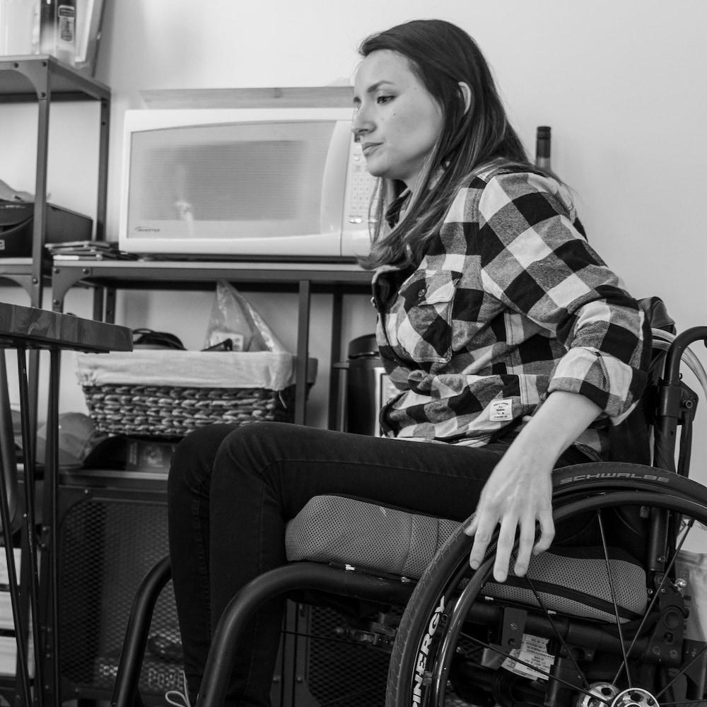 Une femme sur un fauteuil roulant.