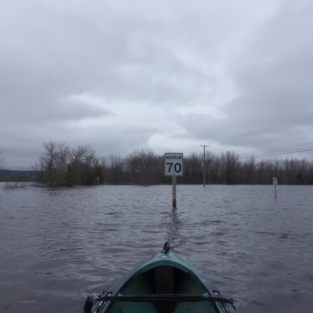 Il n'existe qu'une seule route pour se rendre à l'île Darlings. Plusieurs mètres d'eau la recouvraient, jeudi. Le seul moyen de traverser est par bateau.
