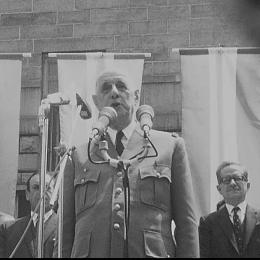 Charles de Gaulle devant des micros
