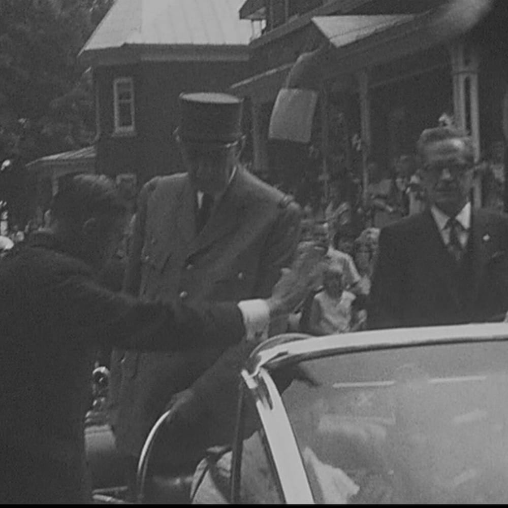 Charles de Gaulle débarquant d'une voiture