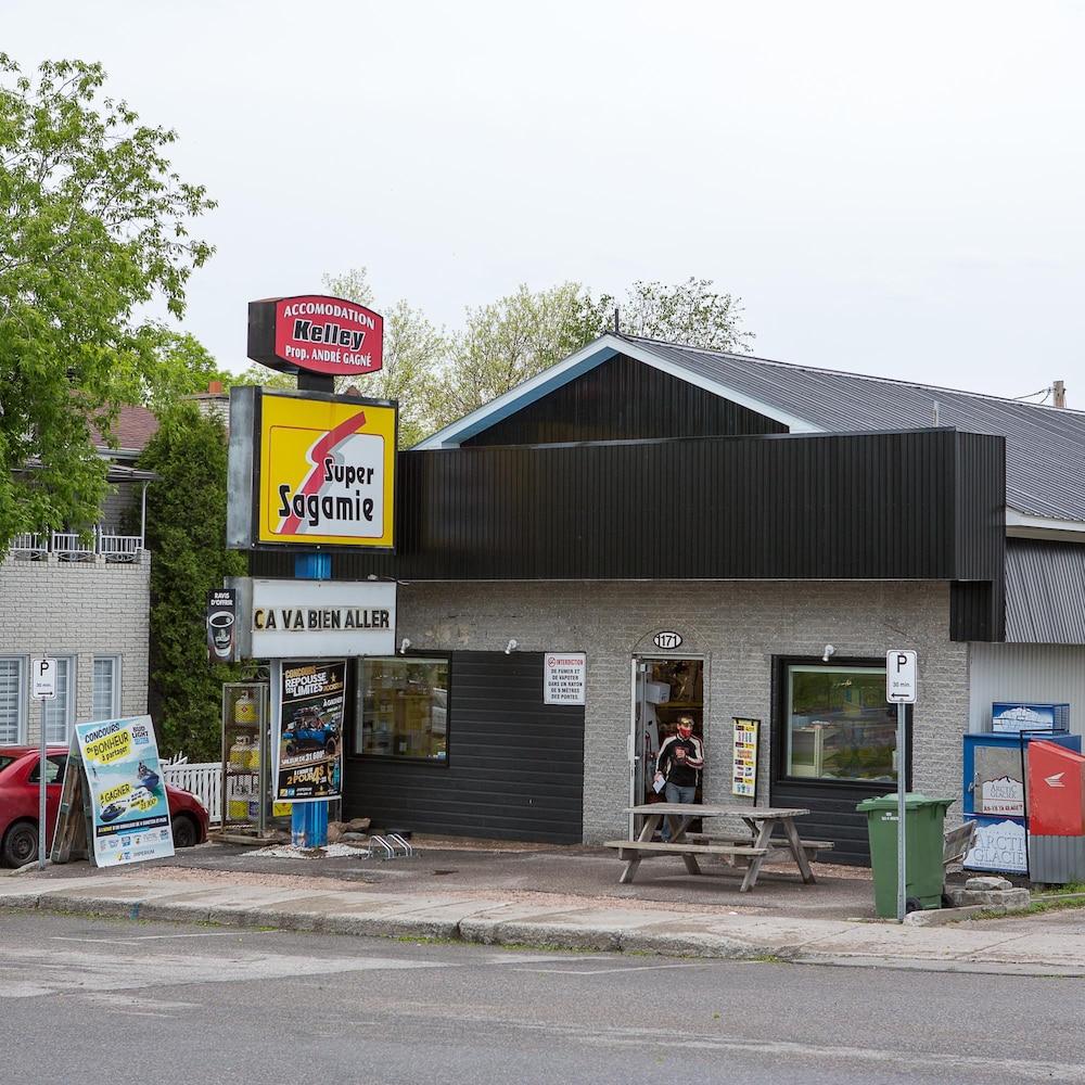 La façade d'un dépanneur.