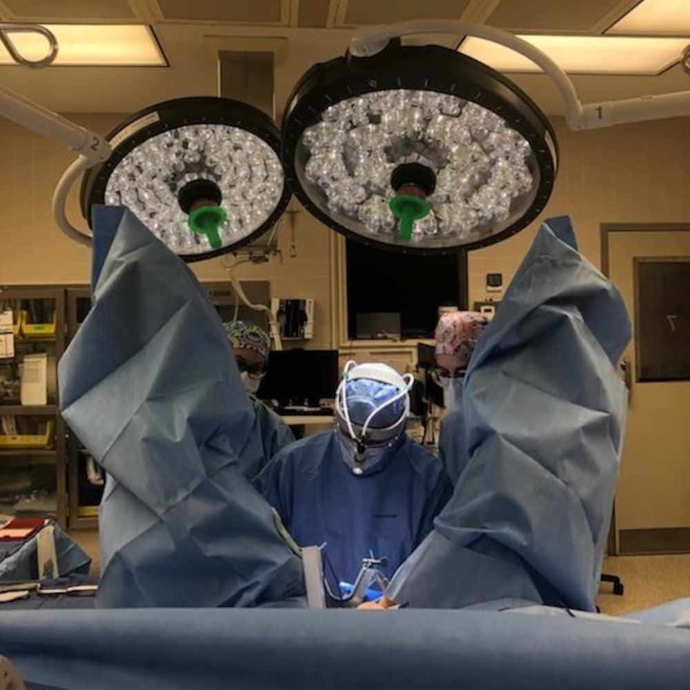 Un chirurgien effectue une opération.