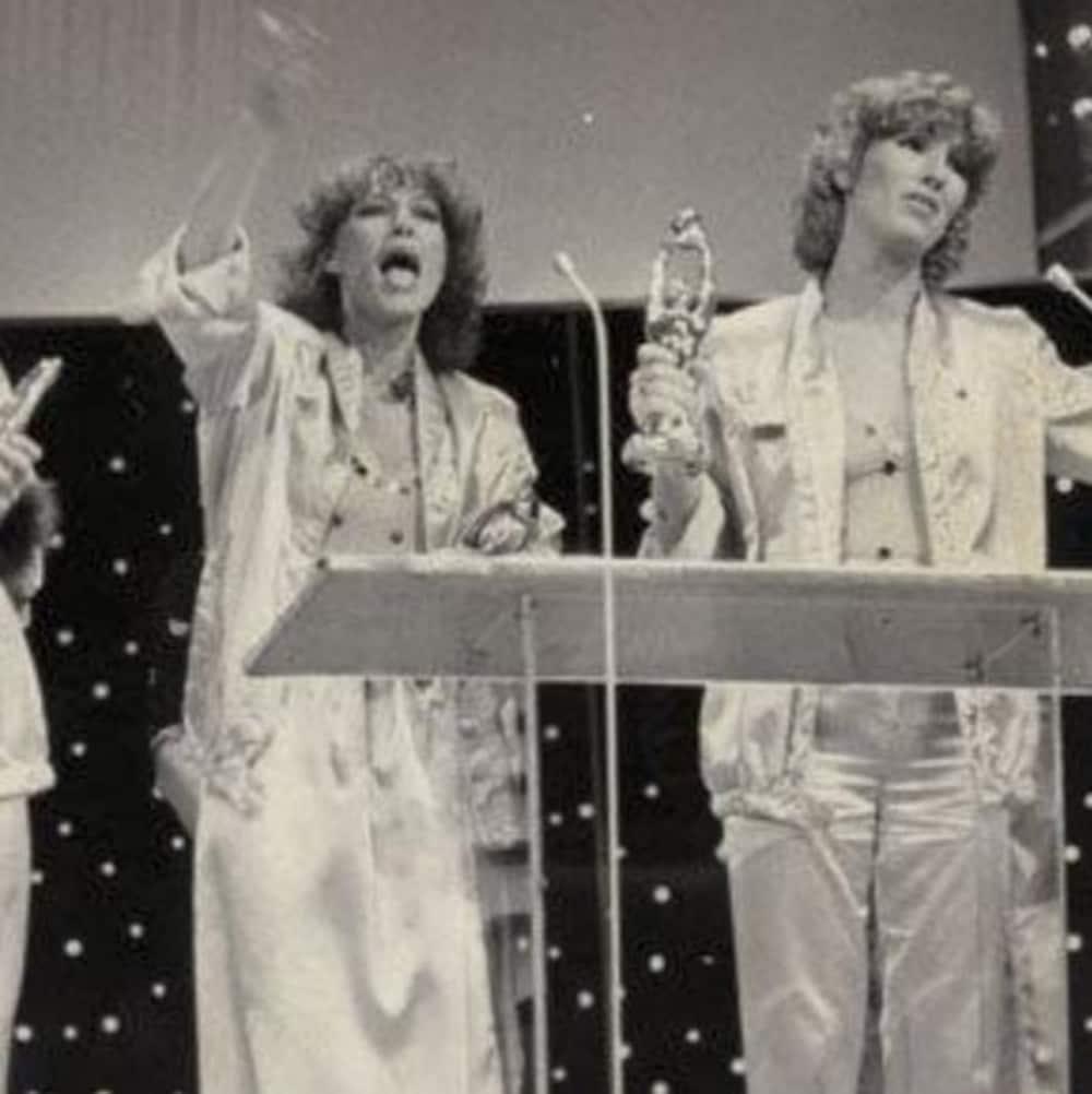 Les membres de Toulouse célèbrent leur Félix sur la scène du gala de l'ADISQ.
