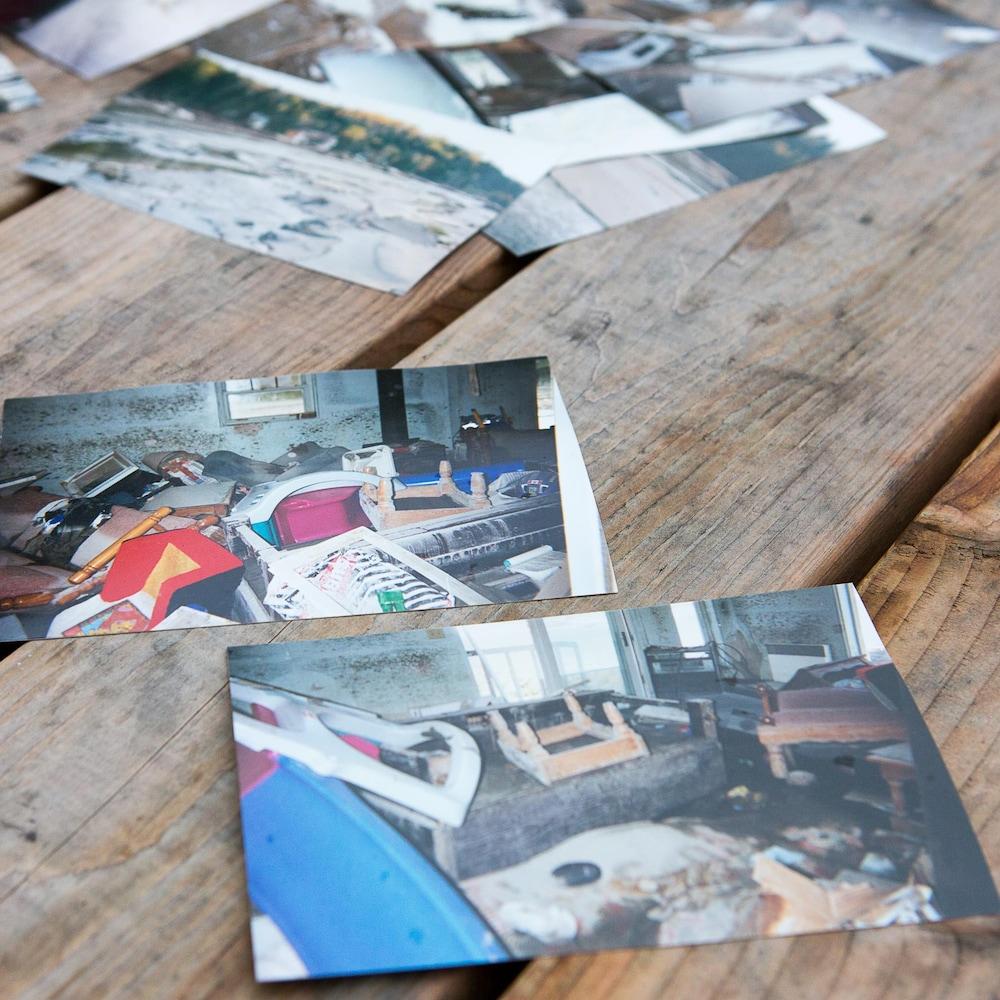 Deux photos des dégâts causés à l'intérieur de la maison.