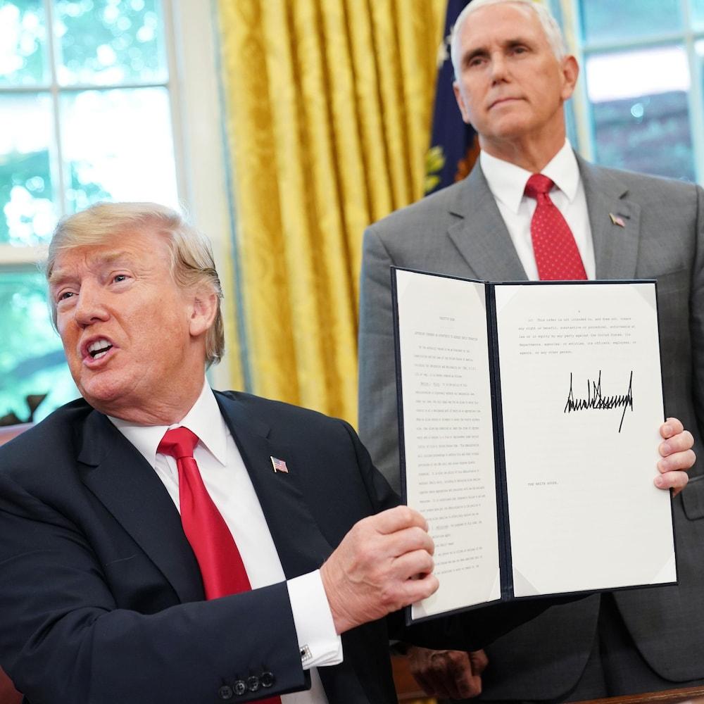 Donald Trump signe un décret sur l'immigration.