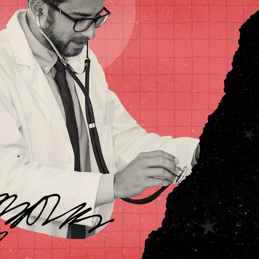 Collage numérique d'un docteur qui met son stéthoscope sur un nuage de nuit étoilée.