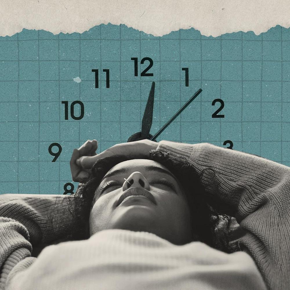 Montage numérique, où l'on voit une femme étendue, les yeux fermés. En arrière d'elle, les aiguilles d'une horloge.