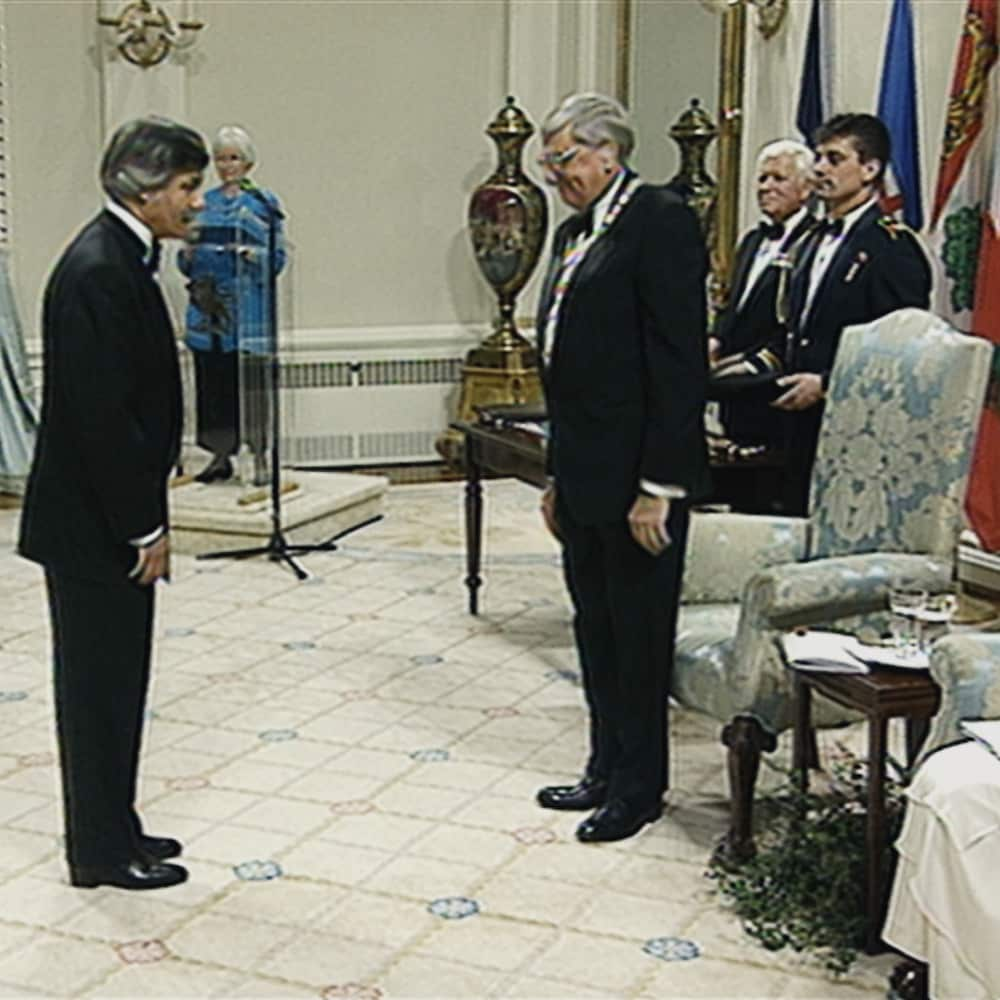 Le Dr Barwin lors de la cérémonie de l'Ordre du Canada en 1997.