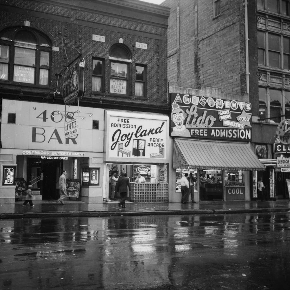 Une rue de bars et de boîtes de nuit à East Baltimore, dans les années 1950.