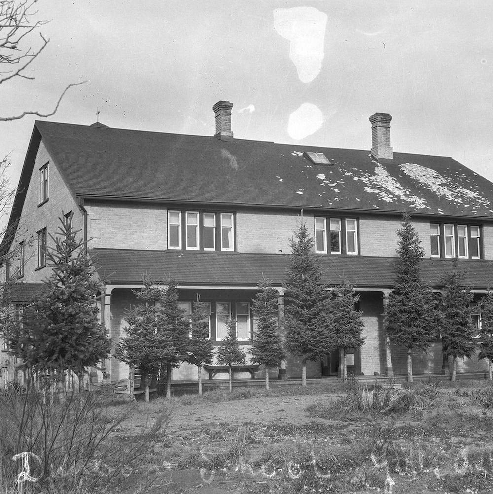 Le bâtiment pour filles du pensionnat autochtone Dunbow, en Alberta.