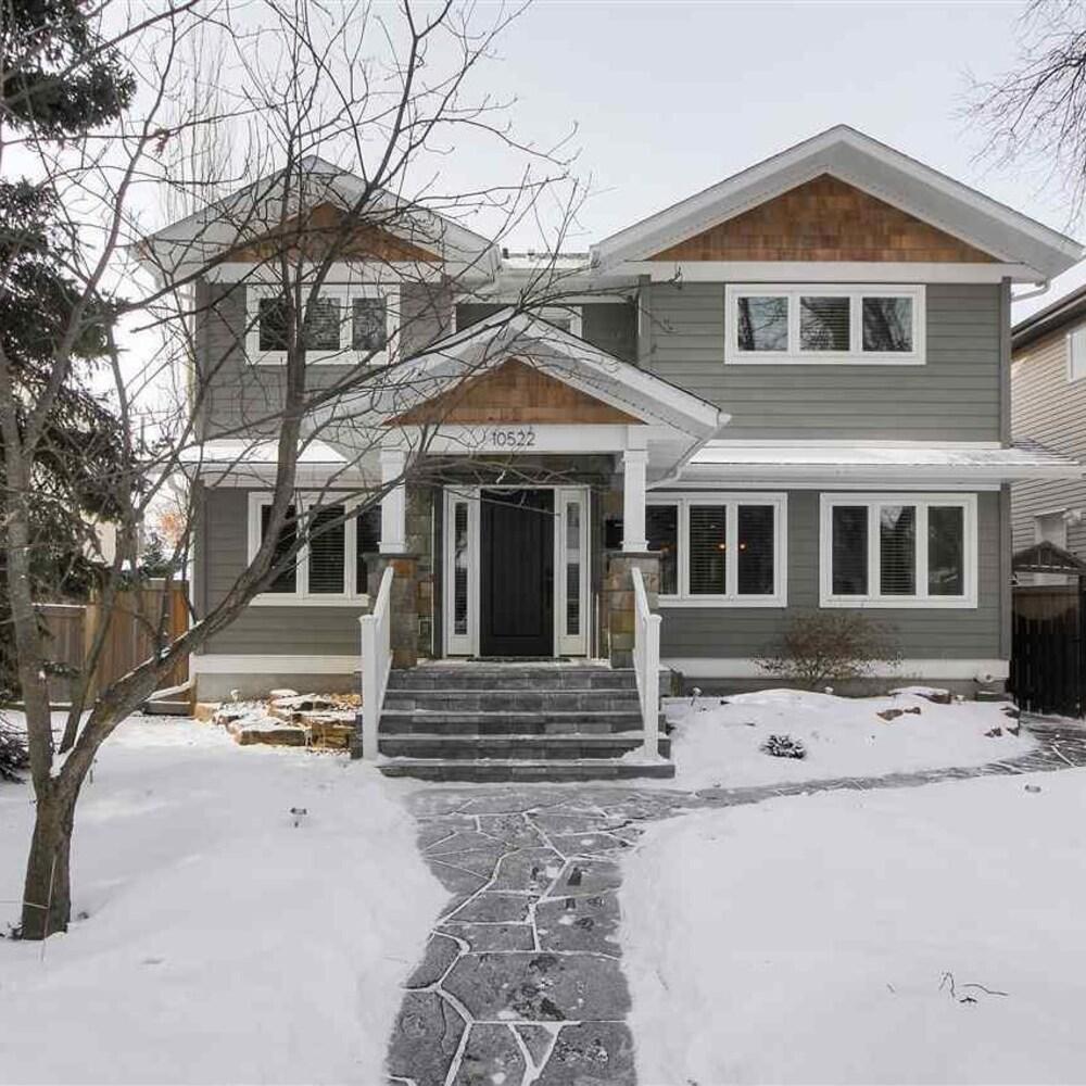 Façade d'une large maison à Edmonton avec un très grand terrain devant la résidence.