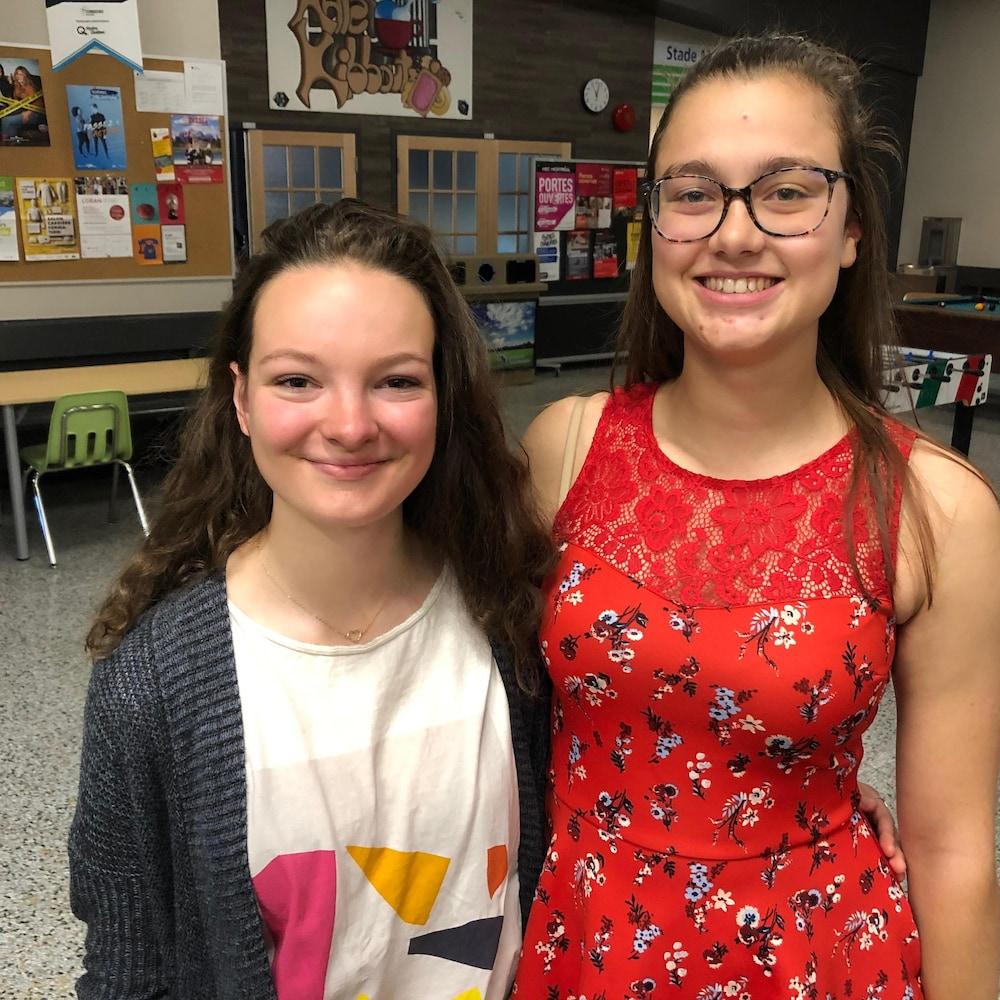 Deux étudiantes sourient.