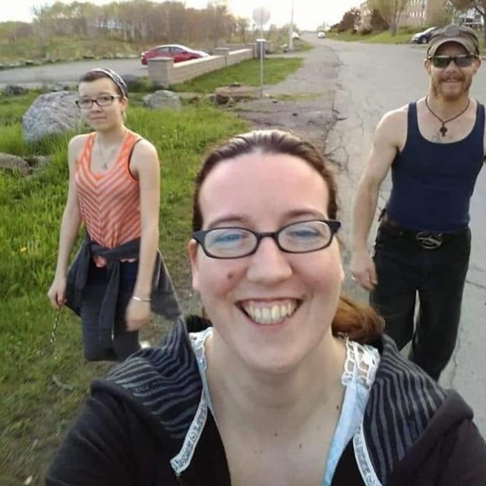 Emily Tuck, à gauche, Jolene Oliver et Aaron Tuck.