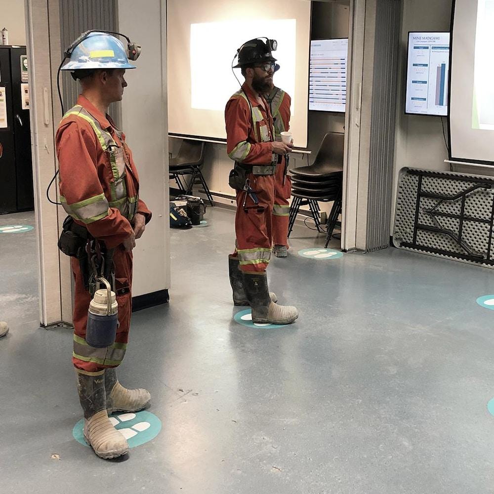 Des employés de la mine Bracemac-Mcleod.