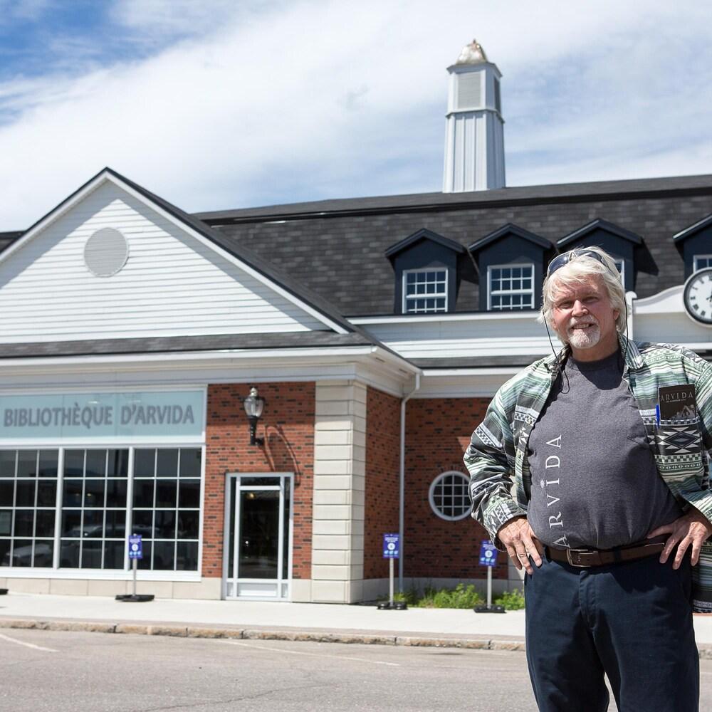 Terry Loucks est devant la Bibliothèque d'Arvida.