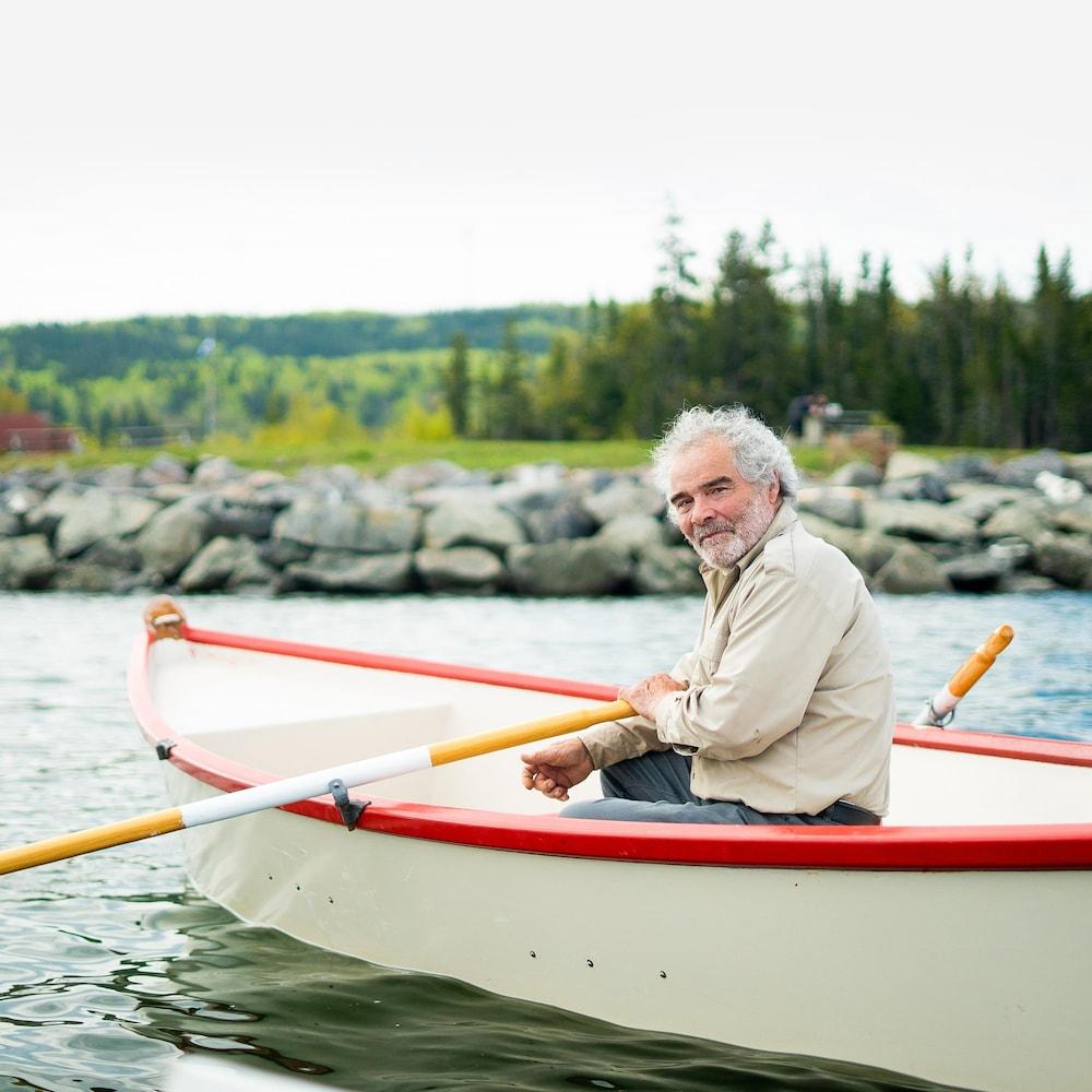Daniel St-Pierre assis à bord d'une chaloupe.