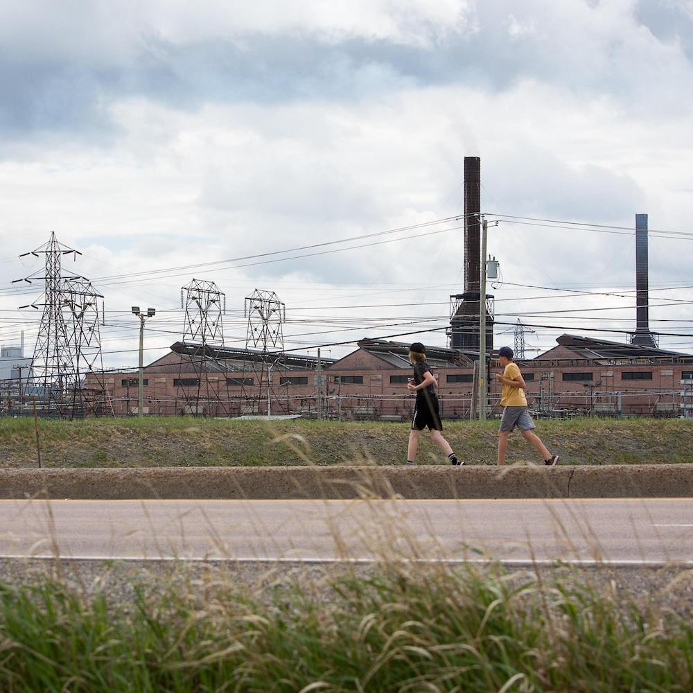 Des coureurs passent devant le Complexe Jonquière.