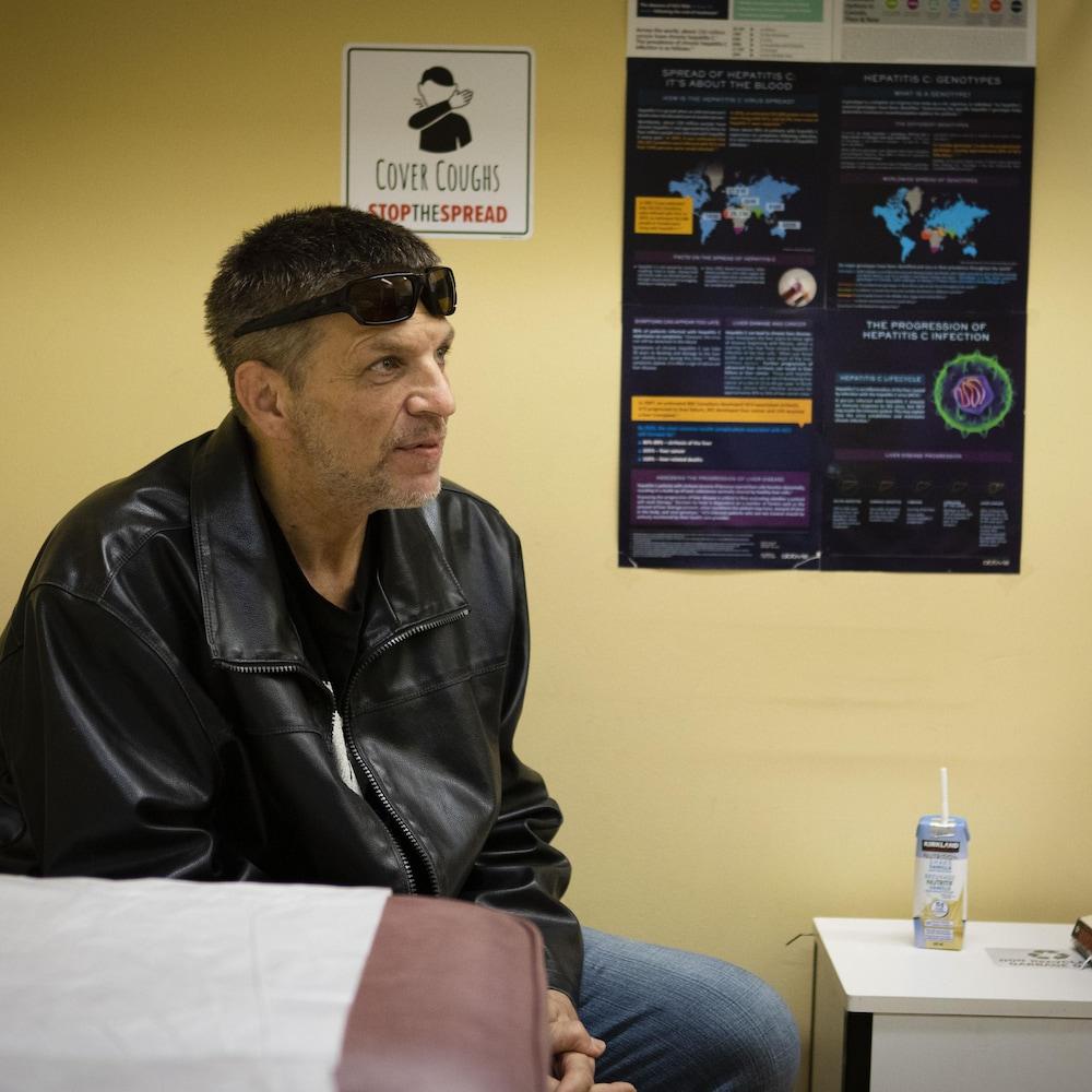 Un homme dans une clinique médicale.