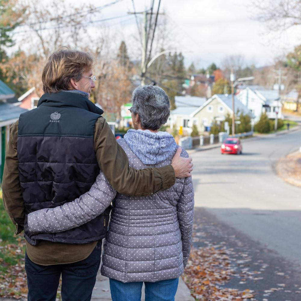 Fred Pellerin marche avec sa mère.