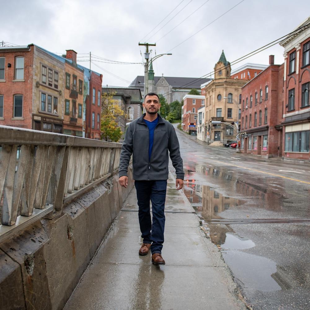 Maiwand qui marche dans une rue du centre-ville de Sherbrooke.