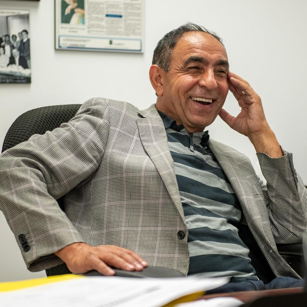 M. Habibi qui sourit dans son bureau.