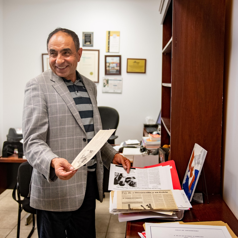 M. Habibi avec un article de journal dans les mains.