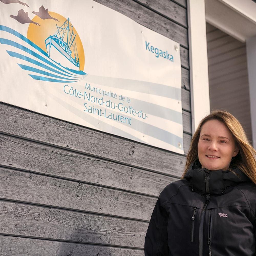 Kayla Kippen devant le bureau de la Municipalité de la Côte-Nord-du-Golfe-du-Saint-Laurent