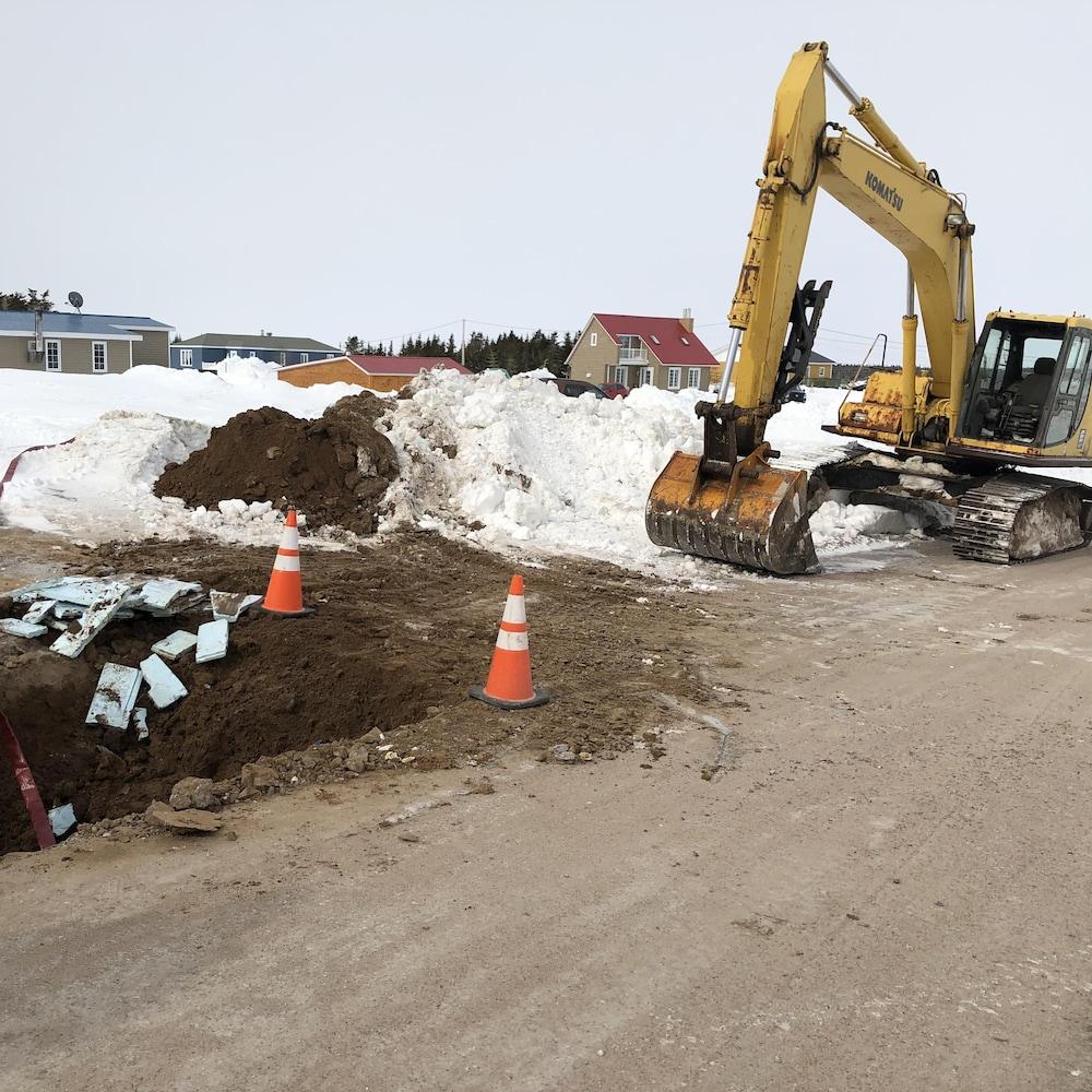 Un employé a creusé un trou à l'aide d'une pelle mécanique.