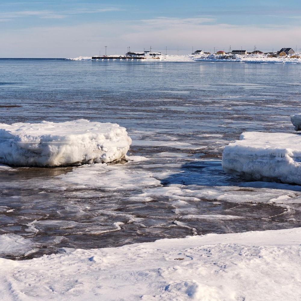 Kegaska en hiver à partir de la berge du golfe du Saint-Laurent.